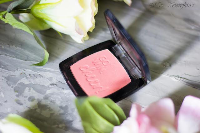 Повседневный макияж бюджетной косметикой: румяна Catrice Blush Box в оттенке 020 Glistening Pink.