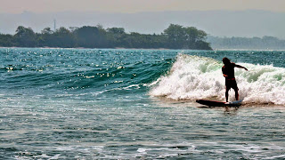 surfing di pantai batukaras