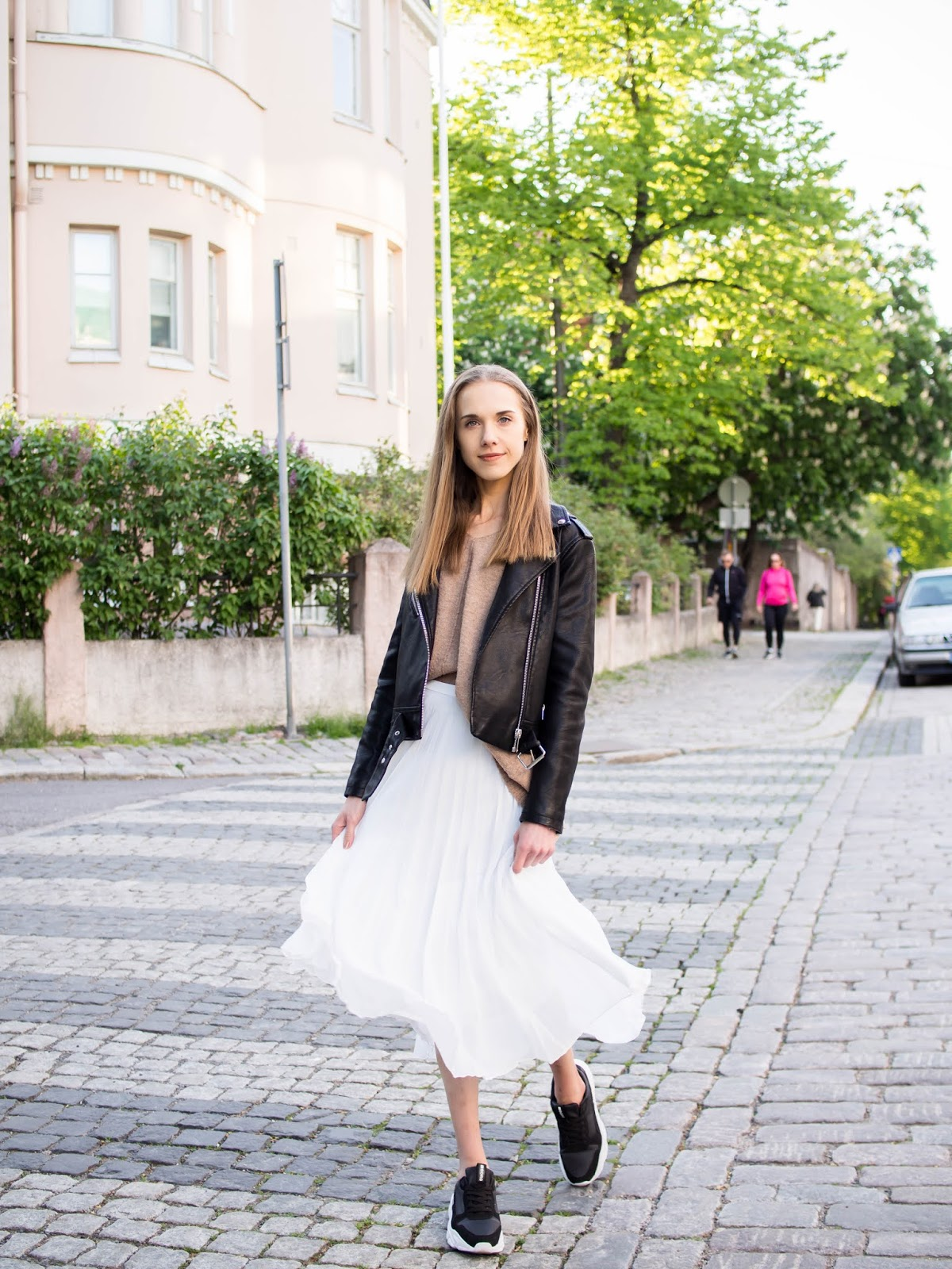 Outfit with white pleated midi skirt and black leather jacket - Valkoinen midihame ja musta nahkatakki
