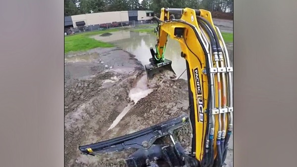 escavadeira jcb abrindo valo