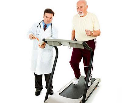 tập luyện đi bộ với máy chạy bộ có sự hướng dẫn của bác sĩ
