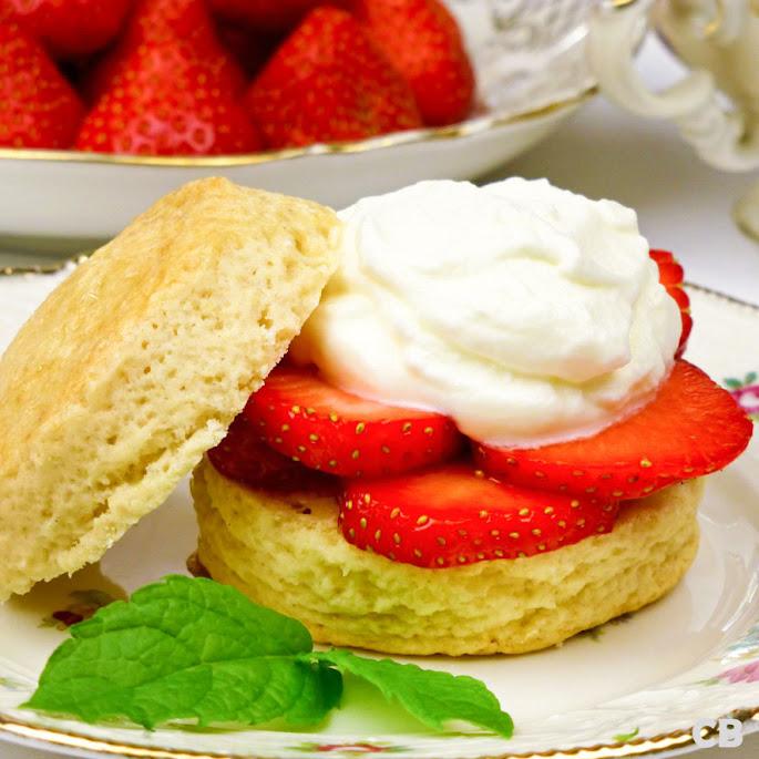 Scones met verse aardbeien en slagroom