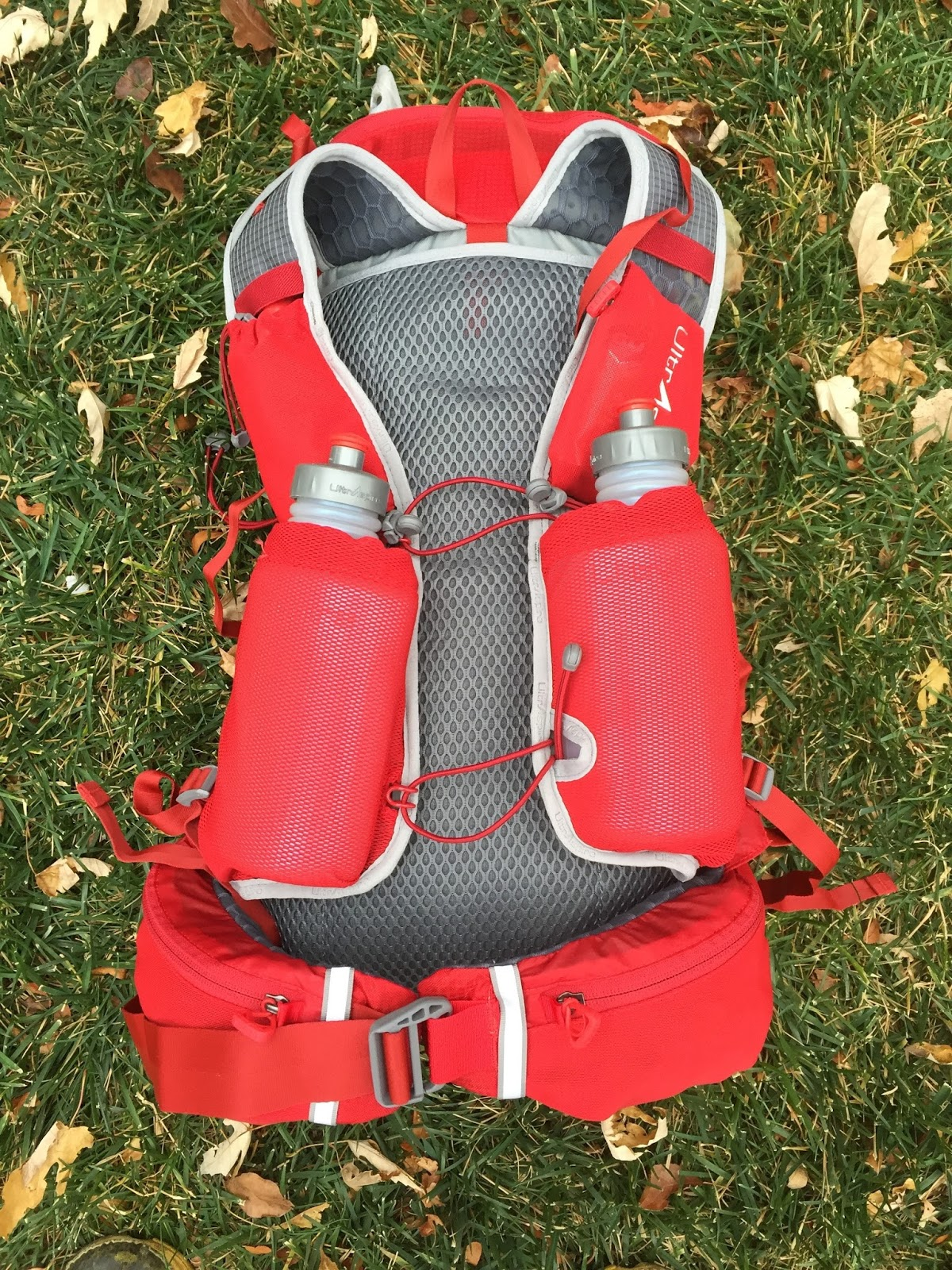 ac233d584355 The two bungee chest straps originate on the left shoulder strap and are  integrated with the left flask pocket