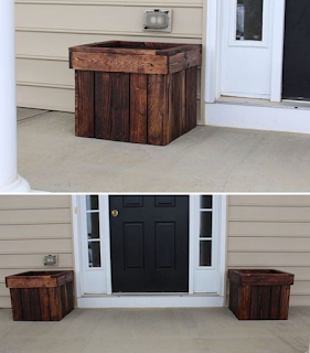 decoracion exterior para la puerta hecha con palets de madera desarmados