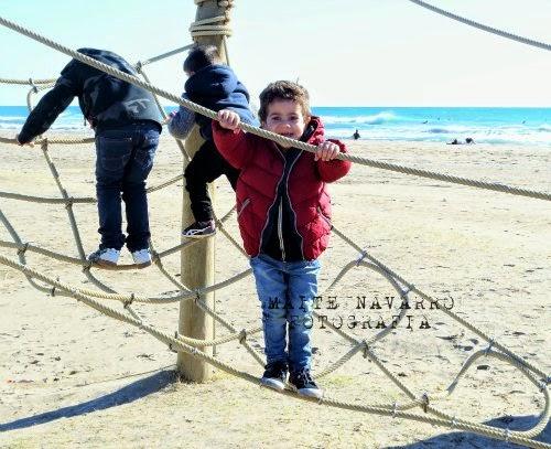Niños jugando en la pirámide de cuerdas