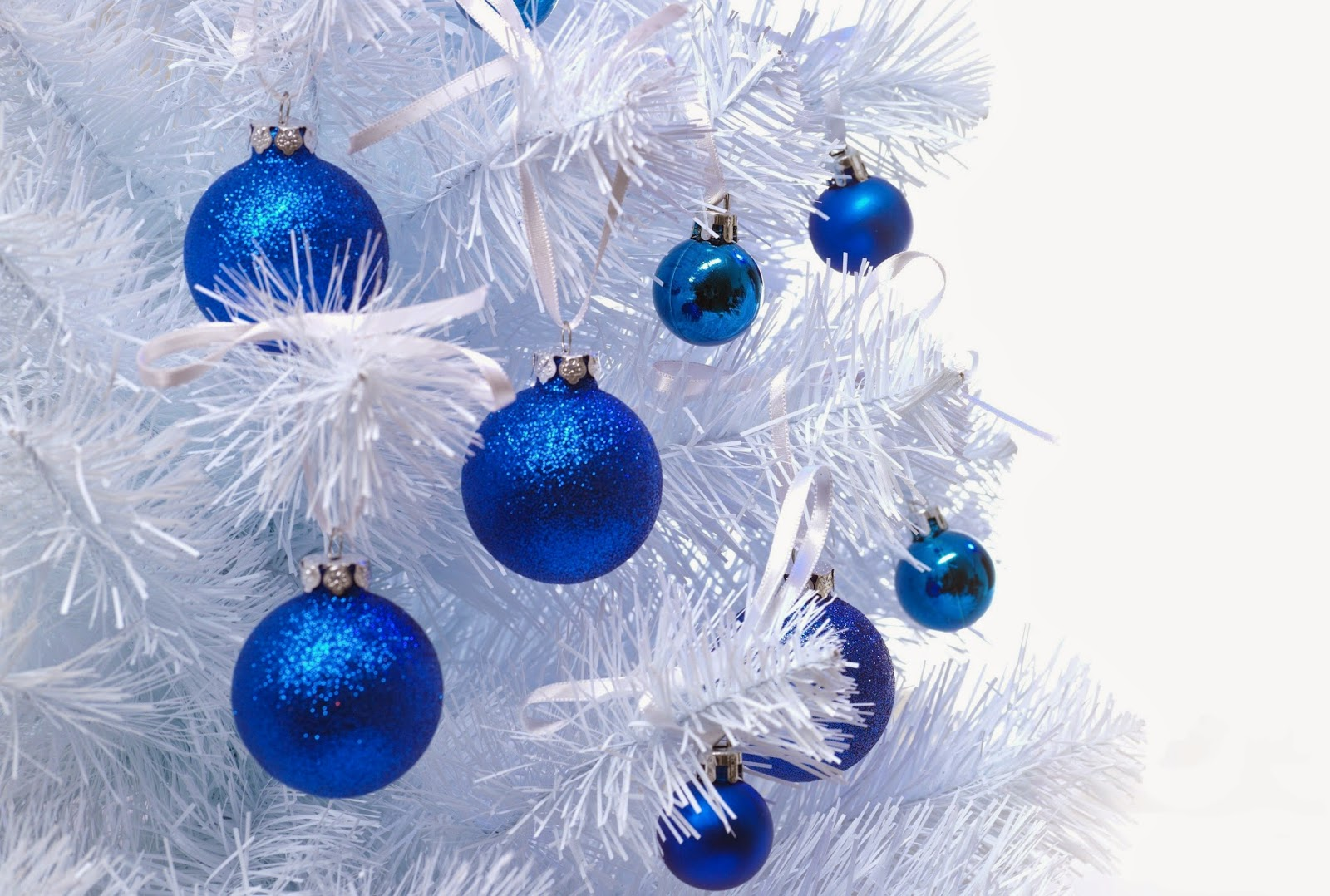 blue christmas baubles decoration ideas for white christmas - White Christmas Tree With Blue Decorations