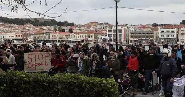 Επεισόδια στη Μυτιλήνη: Πολίτες εμποδίζουν την αποβίβαση αλλοδαπών - Επιτέθηκαν σε μέλη ΜΚΟ (βίντεο)