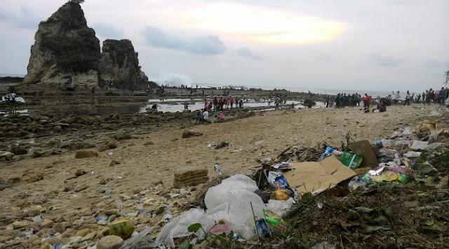 Sampah di pantai Sawarna