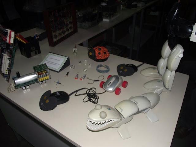 Bonecos de eletronicos reciclados