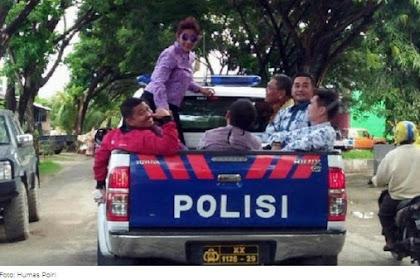 Aksi Koboy Menteri Susi Naik Mobil Polisi Membuat Warga Kagum