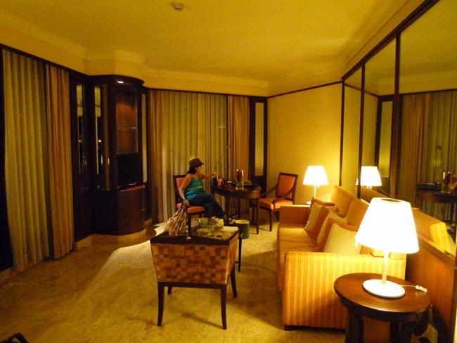 La sala de la suite desde otro ángulo
