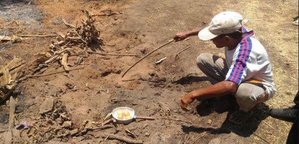 Keren, Warga Madura Ini Masak Bukan Menggunakan Api, Tapi Pakai Sepetak Tanah.