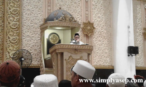 PENCERAHAN : Ustad Yusuf Mansur saat memberikan tausyiah dan pencerahannya kepada ribuan jamaah yang memadati masjid Raya Mujahidin Pontianak. Foto Asep Haryono