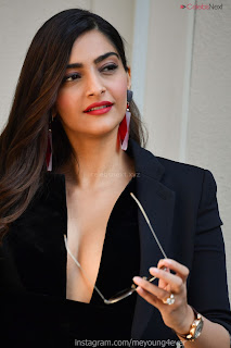 Sonam Kapoor looks absolutely fabulous in Black   .xyz Exclusive 004.jpg