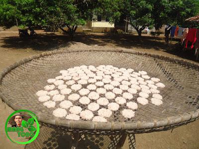 Menjemur kue Ranginang