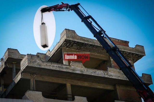 Λαμία: Η καμινάδα έκρυβε καμουφλαρισμένη κεραία κινητής τηλεφωνίας – Οι εικόνες που εξόργισαν τους κατοίκους