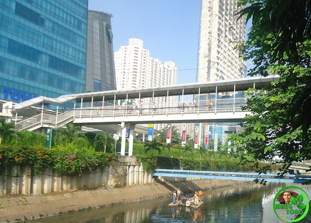 Penampakan sungai di Central Park, Jend S Parman Kav 28,Tanjung Duren Selatan, Grogol Petamburan, Jakarta Barat, Indonesia yang bebas dari sampah (Foto: mangyono.com)