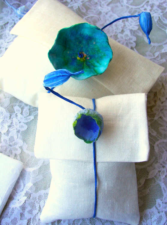 eco friendly wedding inspiration: tribute to Monet. Segnaposto con fiori di carta