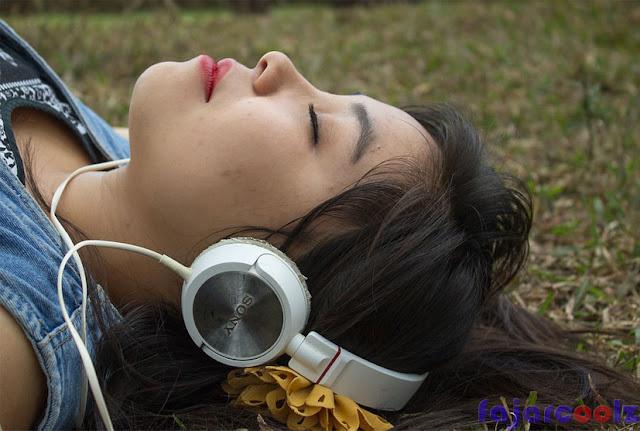 gambar Mainkan atau dengarkan musik sebagai penghilang stres