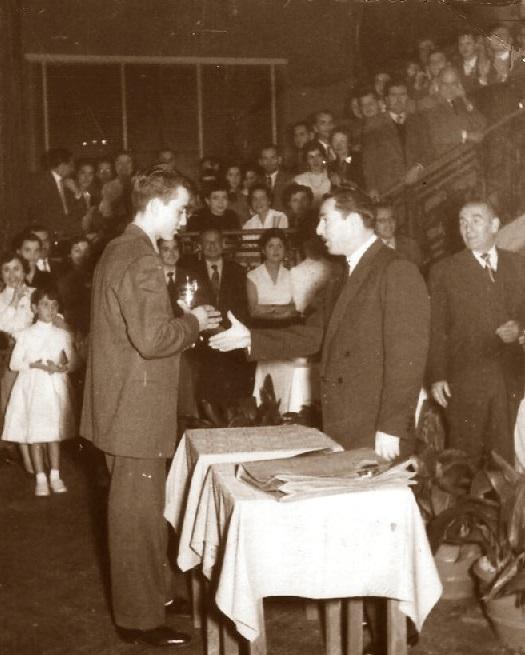 Joaquim Travesset recibiendo el trofeo de campeón en 1954