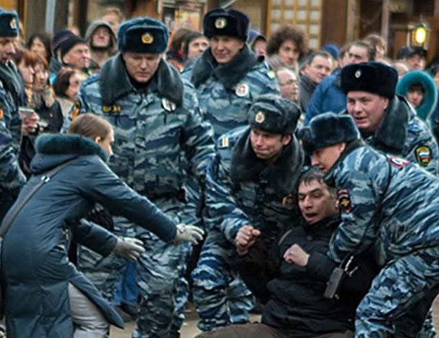 A máquina repressiva tem o encargo primário de reprimir os dissidentes