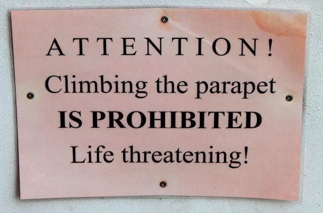 Предостерегающая надпись на ограде галереи