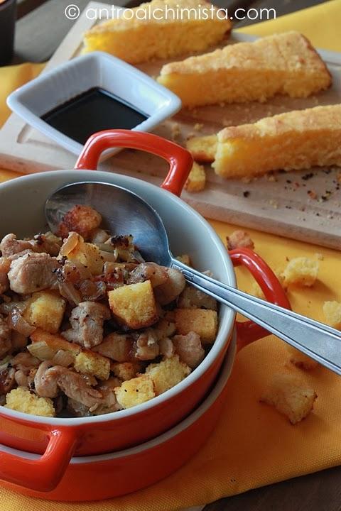 Insalata tiepida di tacchino, cornbread, bacon e cipolla