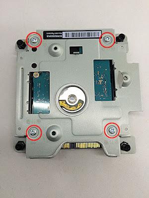 HDDをネジで固定。