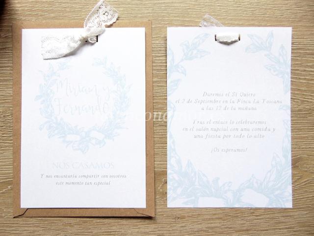 Una invitación de boda de estilo clásico y elegante con corona de hojas de laurel dibujadas en color azul celeste