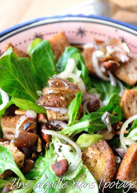 Salade de mâche au sumac, oinon de roscoff,dattes et amandes
