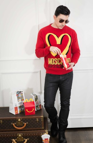 camiseta logo mania masculina moschino