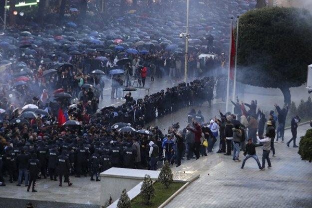 Συμπλοκές μεταξύ διαδηλωτών και αστυνομικών στην Αλβανία