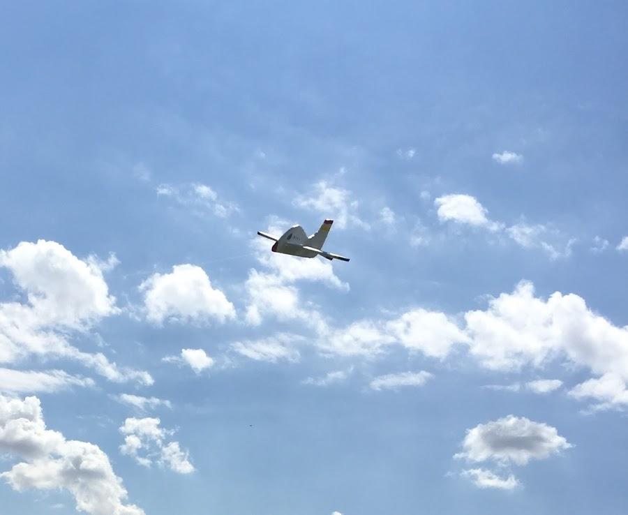 Avion de poliespan en pleno vuelo. Parece el anuncio de unas lineas aereas