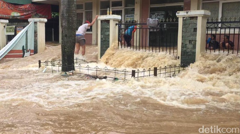 Penampakan Perumahan Cipinang Indah Yang Terendam Banjir Akibat Tanggul Kali Sunter Jebol