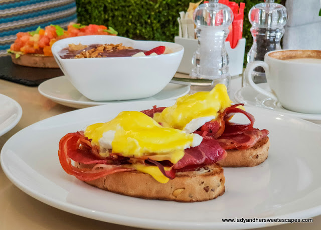 sophies cafe dubai eggs benedict
