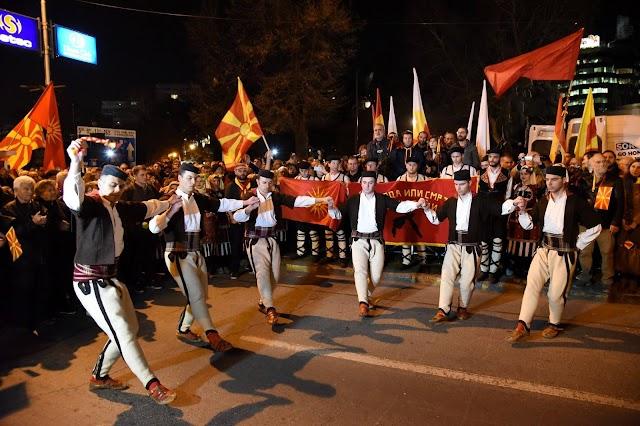 """Mazedonier protestiern mit """"Schweren"""" Volkstanz"""