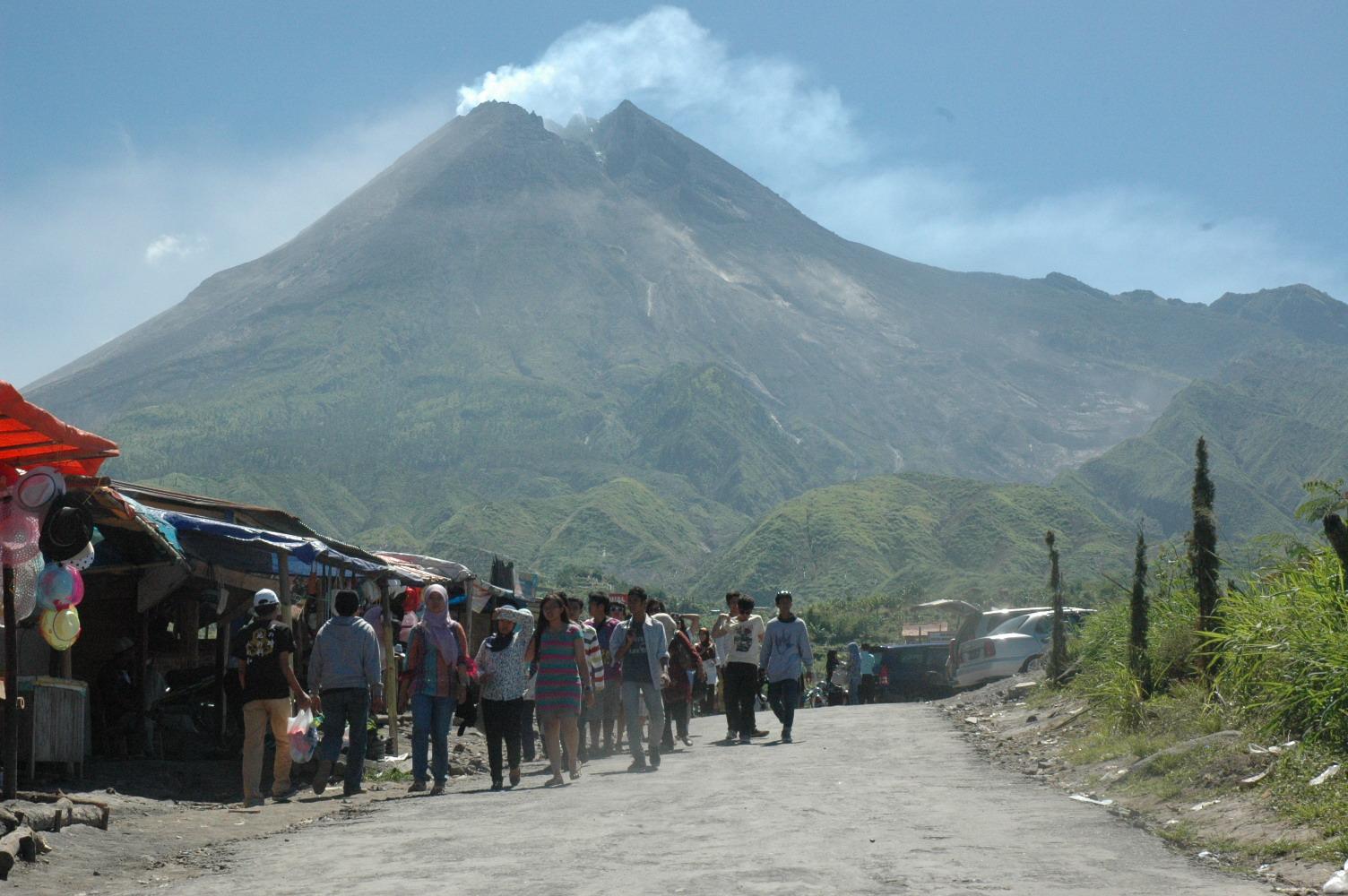 tempat wisata gunung merapi yogyakarta menyediakan banyak fasilitas didalamnya udara yang sangat sejuk mampu membuat semua orang betah untuk lebih berlama