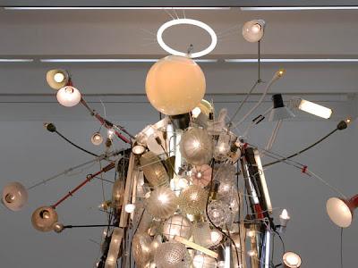Escultura hecha con lamparas recicladas