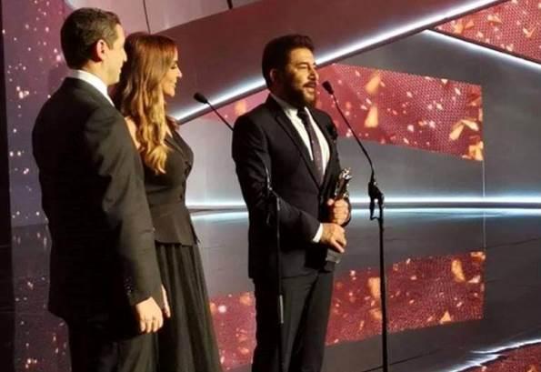 عابد فهد يفوز بجائزة أفضل ممثل عربي ويهدي الجائزة لسوريا والجيش السوري