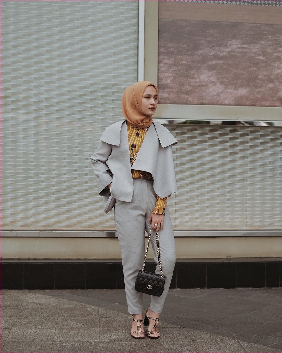 Outfit Baju Hijab Casual Untuk Ke Kantor Ala Selebgam 2018 longpants celana bahan blazer abu tua kemeja bunga kuning square hijab oren muda ciput rajut cincin slingbags hitam channel loafers and slip ons high heels coklat tua gaya casual kain sutra rayon ootd 2018 selebgram lukisan