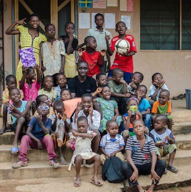 Foto bersama anak-anak Afrika dan Jake