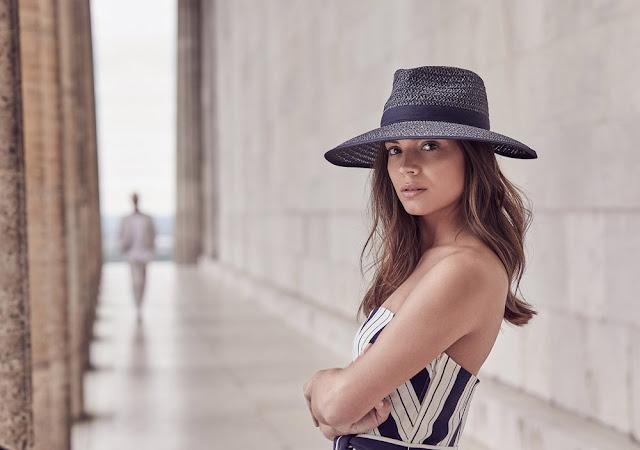 Девушка в темной соломенной шляпе федоре