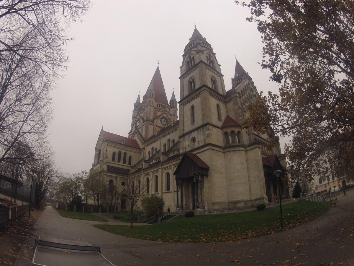 iglesia en la plaza Mexico en Viena