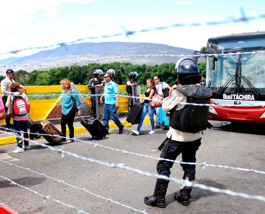 """Deportan a 33 venezolanas de Colombia por """"invasión"""""""