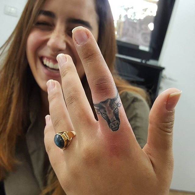 30 Amazing Attractive Finger Tattoo Styles-25