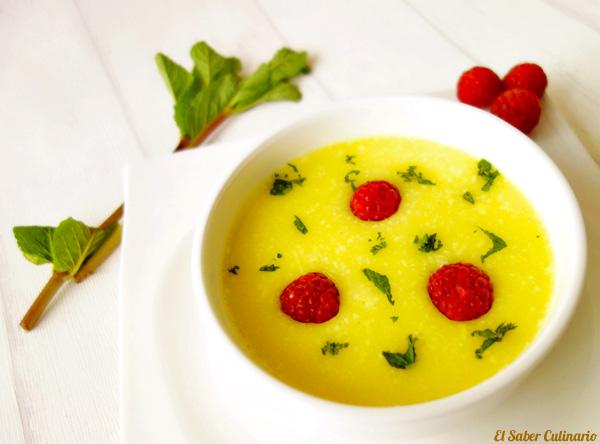 Sopa fría de Piña Colada con hierbabuena