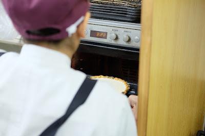 工芸と喫茶 ひとつ石の料理練習 キッシュ オーブンで焼きます
