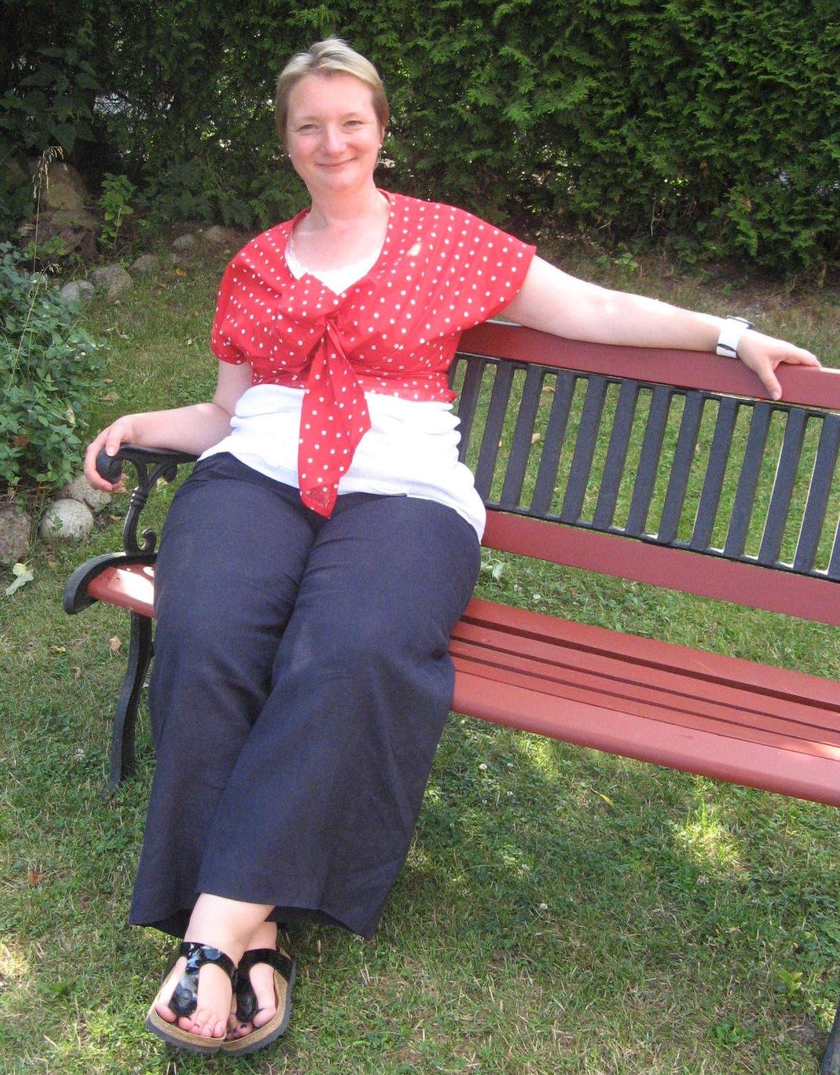 Oma mit roten Nylons wird durch genagelt