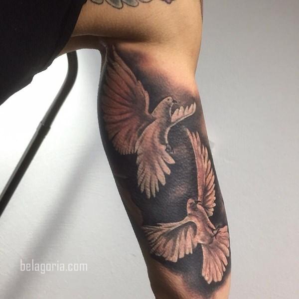 Vemos a una Mujer conTatuaje de paloma