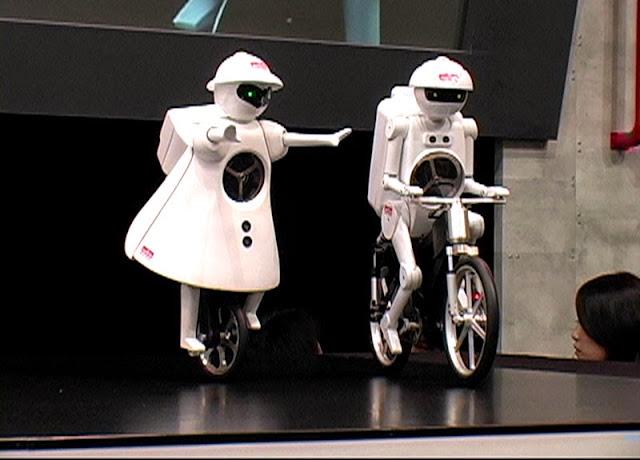 Robot Paling Canggih Bersaudara Naik Sepeda